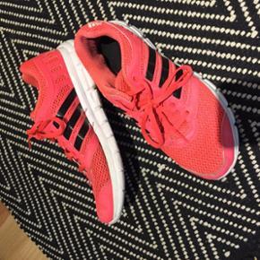 Sælger disse mega fede Adidas sneakers, da jeg ikke får brugt dem. Hvilket jeg synes er synd. De er næsten som nye og virkelig fine. Str er 39 1/3, jeg bruger selv 38-39