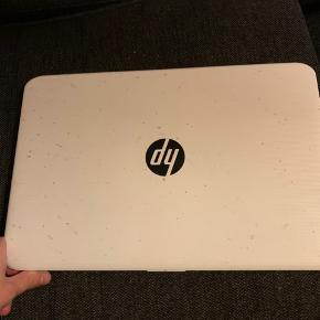 """Den bærbare HP Stream 14"""" computer er den perfekte arbejdsmakker, der kombinerer hurtig og stabil trådløs forbindelse med et let og stilfuldt design og en lang batterilevetid. Nyd behageligt at arbejde eller se film på den skarpe FHD-skærm.  4 gb ram"""