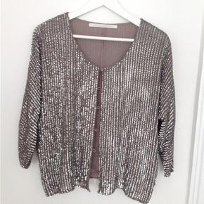 Varetype: Blazer Farve: Grå Oprindelig købspris: 2200 kr.  Rigtig skøn jakke/ blazer. Er brugt en gang.