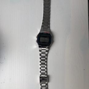 Casio ur i sølv. Virker som det skal, men har brugsridser i glas og rem