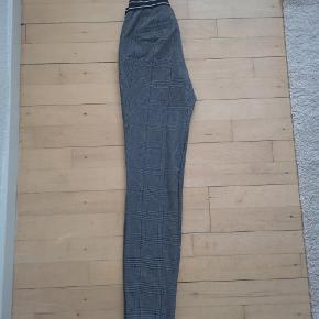 Flotte grå-ternet bukser sælges.