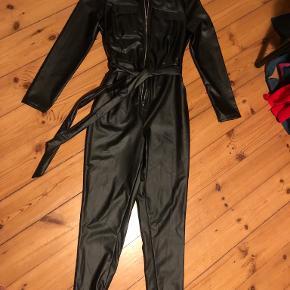 Utopia Clothing buksedragt