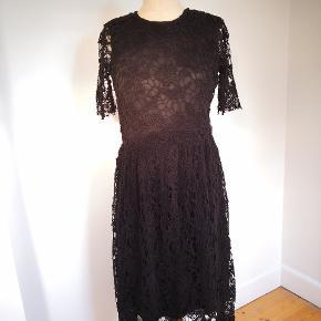 Fantastisk blonde kjole, smukt materiale, dtr 36, næsten ny brugt engang og købt til 800 kr.
