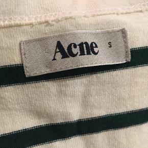 1 stk 60kr, begge til 100 dkk.  ACNE t-shirt købt på loppemarked (uden at prøve det) i rigtigt god stand. Aldrig brugt, kun vasket en gang.  Hvid t-shirt med grønne striber og marineblå t-shirt med beige striber.  Jeg er i størrelse M, og jeg kunne passe den, men jeg er ikke fan af den måde den passer på - den har en V-form. Kvalitet bomuld.   Flere billeder sendes privat.
