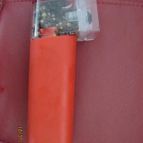 Rød peberbøsse Bodum til salg. Kører på batterier. Koster 300-400 DKK i butikkerne. Ny  RØD PEBERBØSSE BODUM Farve: Rød Oprindelig købspris: 400 kr.