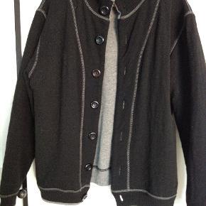 Rigtig flot sort og grå Kashmir trøje med store knapper str. XL. Aldrig brugt.