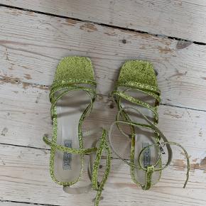 Et par sjove glimmer sandaler, som jeg har brugt en gang, så de fejler ingenting. BYD gerne☺️.