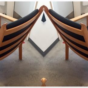 Dansk Design : Smuk lænestol fra Hans J Wegner . kun en lænestol . Udført i træ og sort læder  Stemplet i bunden  kan evt fragtes til Kbh 300kr Handler via fremmøde mobilepay bank