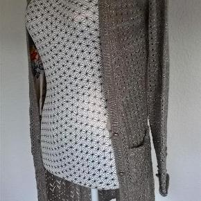 Sender med DAO/Postnord  Bryst: 2X48 cm Længde:92 cm    Se også mine 450 andre annoncer :)  Lækker Strik cardigan Farve: Beige/Sølv
