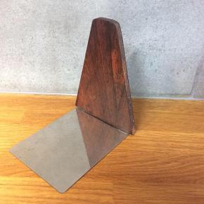 Denne bogstøtte er lavet i Palisander træ med metal fod.  H: 12cm D:10cm.