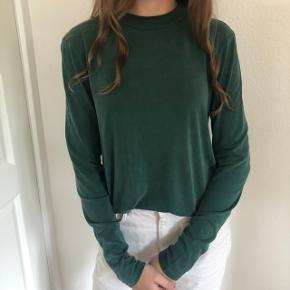 Sælger denne flotte grønne/ khaki bluse den passes bedst af en medium!   Den kan hentes i Aarhus og Skanderborg, ellers sendes på købers regning☀️