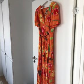 NY PRIS // Smuk 90'er drøm af en kjole som fitter alt fra S-L da den har det fineste matchende bindebånd 🍊🍊