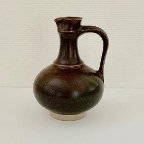 """Den skønneste kande fra Knabstrup! Påskrevet """"Vin Rouge"""" og mærket med Knabstrups bomærke i bunden. Højde: 19 cm Diameter: 13 cm"""
