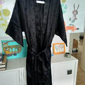 Vintage silke kimono, oriental silke. Bruges af både m/l . Hellang. Uden fejl. Med lommer og bælte
