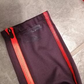 Super flot træningssæt fra Kari Traa. Ikke brugt særlig mange gange. Der er en plet på det ene bukseben, derfor sælges det også billigt.  Kom gerne med bud.