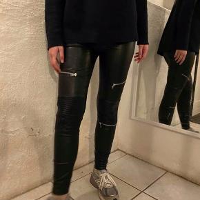 Super flotte bukser fra Zara med lynlåse, kan dsv ikke passe dem længere og derfor skal de bare væk. Np var 450kr. Der er en skade, som kan ses på sidste billede, men kan nemt sys. Byd:)) #30dayssellout