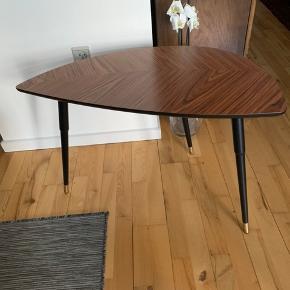 Sofabord 80cm bredt. 70cm højt. Ingen skader