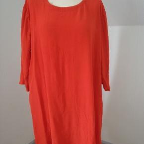 Skøn, luftig tunika med 3/4 ærmer i rødt vævet viscose, let krøllet kvalitet. Brystvidde 118, længde 90. Brugt og vasket x 1. Bytter ikke