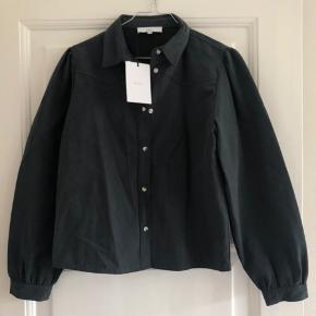 Skjorte/-jakke. Svært at vise farven ordentligt. Mere grøn i virkeligheden