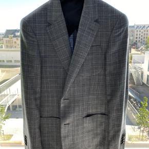 Ekstrem flot blazerjakke i højeste kvalitet, fra det Italienske modehus Cerutti.  Jakken er lavet i de fineste materialer herunder; 49% jomfru uld, 30% silke og 21% linen.  Blazeren er størrelse 46.  Nyprisen var 3800 kr.