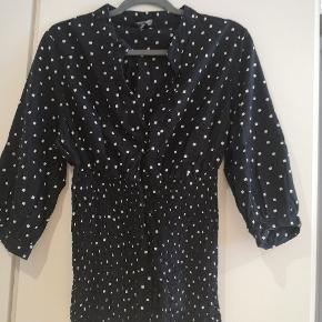 Smuk skjorte fra HM Mama i str XL. Sidder utroligt flot med elastik i livet.  Mål: B: 2x58 cm L: 64 cm
