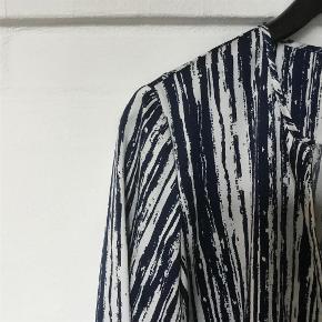 Brand: Kiomi Varetype: Bluse Farve: Blå/ hvid  Super fin skjortebluse