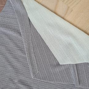 Bluse i riflet struktur og med nude nuancer. Cut uden syninger. Materiale mærke er klippet ud, det er kunststof. Slids i siderne.