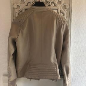 Super lækker kalveskinds jakke, købt hos La Femme for et par år siden, for 3000kr Lækreste kvalitet, og meget blød skind. Fortjener en ny ejermand, der vil bruge den.