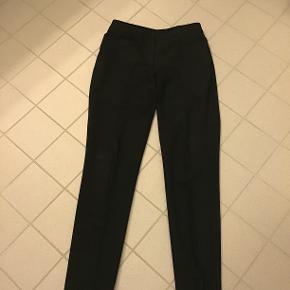 Super fine bukser, kun været på en enkelt gang, helt som nye😉 Str.34, sælges også som sæt med blazerjakke i str.36- hvor prisen er 400,- for hele sættet!
