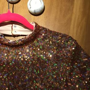 MEGA smuk palliet + GLITTER fest kjole fra H&M! Købt her i foråret, kun brugt én gang til et specielt arrangement! Størrelse 40 - men kan også passe en 38 :) Man føler sig så glad i den! Sælges pga manglende muligheder for at lufte den!  Nypris: 400kr Hentes og sendes! 💘🎉