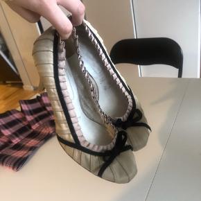 Kun brugt indenfor, de er derfor i næsten perfekt stand som ses på hælen. Der er en lille plet på siden af den ene, som jeg ikke har forsøgt at fjerne☁️ de er kun en smule beskidte i bunden, men fine indeni.