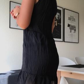 Tryk på billedet for at se kjolen i fuldskærm.  Smukkeste og mest enkelte kjole sælges, da jeg ikke får den brugt. Det er en størrelse small og kender desværre ikke nyprisen.  Den er meget mørkegrå - næsten sort. Kjolen trænger til at blive strøget   Kan sendes på købers regning🌸