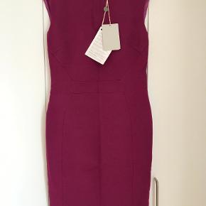 Super flot Emilio Pucci kjole til salg.  Farve Lilla / Purple Størrelse (Label): Italiensk 42 / Fransk 38 / USA 8 / UK 10  kjolen er helt ny og har originale tags  Kom med et bud!