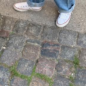 Converse All Star sneakers i råhvid med lidt patina. Skoene der passer til alle outfitts og kan gøre dit look afslappet og cool. Skoene er brugt som også ses, men har stadig et par år i sig.