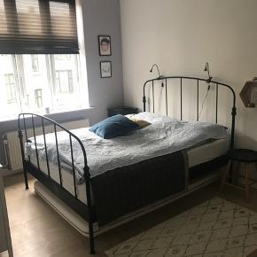 IKEA Sengstel inkl madras. 160x200. Topmadras er ca 1 år gammel med kvittering. Få mærker kan ses. Vil anbefale ny Topmadras og sengen er som ny. Skal afhentes på Frederiksberg. Nb: Køber står selv for nedbæring fra 4 sal.
