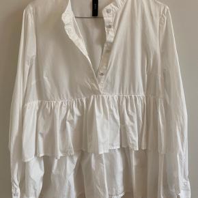 YAS skjorte - super pæn på - aldrig brugt - fitter også en S/M, da den er lidt oversize