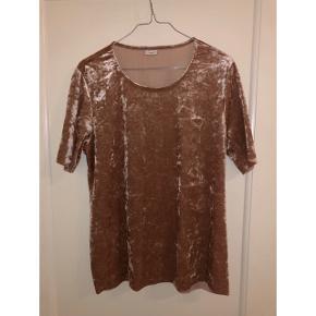 Velour t-shirt fra JDY - str XL (kan også bruges af L) Næsten som ny. Sender kun :-)  BYD