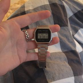 Casio ur, perfekt stand da jeg fik det byttet med garanti til jul 2017, sælges da jeg aldrig bruger det. Husker ikke np, men giv et bud