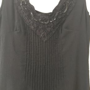 Elegant og tidløs sort kjole med perler foran. Str 36, men lidt stor i størrelsen. Ikke ryger.   #30dayssellout