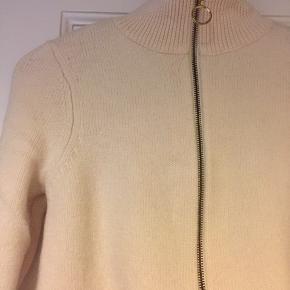Lækker strik i 100% uld. Er en str. Small, men passer en str. Xsmall.
