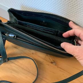 Super flot taske/clutch med aftagelige remme. Dust pose medfølger. Bytter ikke og køber betaler porto.