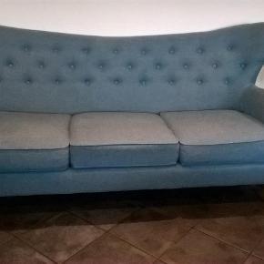 Fin 3-personers sofa fra Sofakompagniet i petroliumsblå uld. Fremstår i pæn stand, er ikke 'nusset' i stoffet.Renset med prof. tæpperenser. Pris 2.400 kr  Skal afhentes i 6752 Glejbjerg