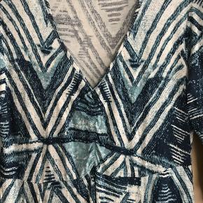 ChaCha lækker blød kjole i stæk stof.  Farverne er mere baby lyseblå end på billedet. brystvidde 2 x 43 + stræk længde fra skulder 88 prisen er + porto