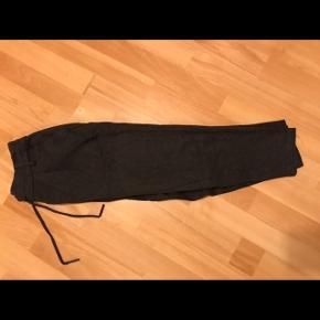 """Mørkegrå """"pæne jogging bukser"""" fra ONLY. Brugt få gange, så pæn stand. Nypris: 300kr. Str. S, benlængde 30.BYD"""