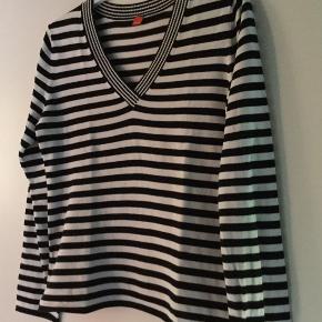 Fin Esprit sweater sort hvide striber med V-hals. Køber betaler Porto med 45 kr.