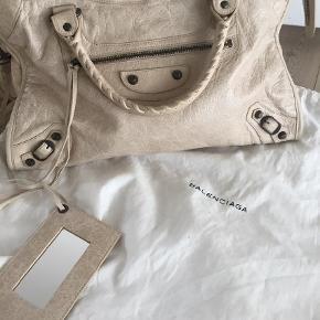 Varetype: Skuldertaske Størrelse: City Farve: Prailine  Lækker taske i rigtig flot stand.  Spejl, tassels og dustbag medfølger    Sælges for 7000 kr