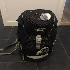 Ergo bag skoletaske kun brugt i 0 klasse. Den fejler intet og ny pris 800. Kan justeres i ryggen efter barnets størrelse.