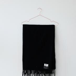 Sort Acne Studios halstørklæde BYTTES til gråt :) Ligger du inde med et gråt Canada-tørklæde, og vil du gerne have et sort i stedet, så skriv til mig! Mit er i god stand uden fnuller eller manglende frynser.