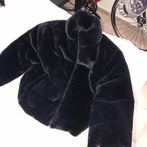 Jeg sælger min jakke fra Zara. Den er kun prøvet på i butikken og herhjemme, men jeg har ikke fået brugt den. Så den er god som ny.🌸 Det er str Xs. Det er i pels udenpå og så er der lidt bomber jakke over den. Nypris var 500 eller 550 er ikke helt sikker. Er lidt oppe omkring den pris, men byd gerne.☺️