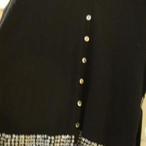 Varetype: Palliet trøje Farve: Mørkeblå  Kort trøje med bælte  Længde = 62 cm, Brystmål = 52 cm  Byd.  Bytter ikke.  Se mine MANGE andre annoncer :-)  Jeg sender med DAO hvis andet ikke er aftalt :-)